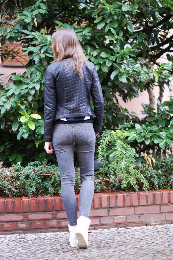 Lederjacke und graue Jeans