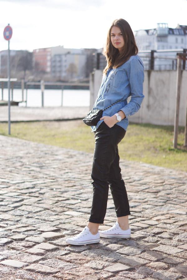 Wie trägt man eine Baggyhose in Lederoptik