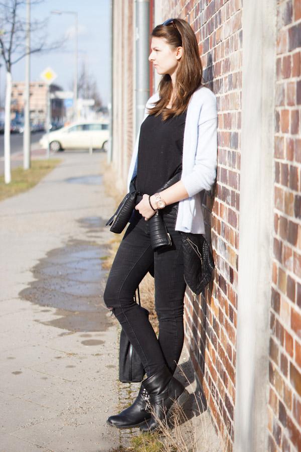 schwarze Zara Jeans mit Rissen an den Knien