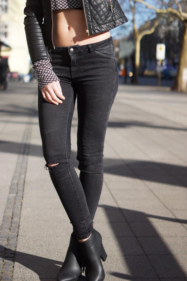 schwarze Zara Jeans mit Schnitten an den Knien