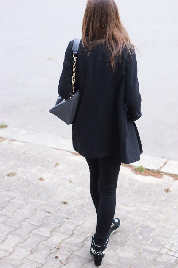 schwarzer schlichter Mantel