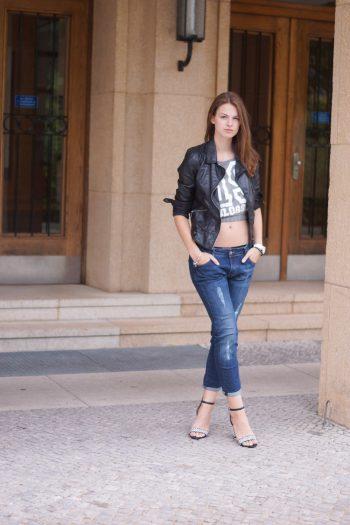 Crop Top und Boyfriend Jeans