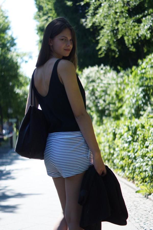 Outfit mit Rückenausschnitt