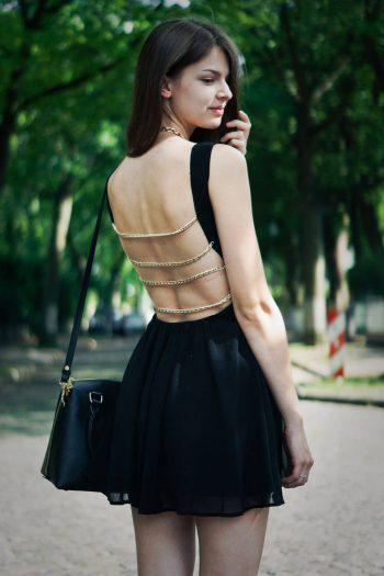Schwarzes Kleid mit Kettenriemen