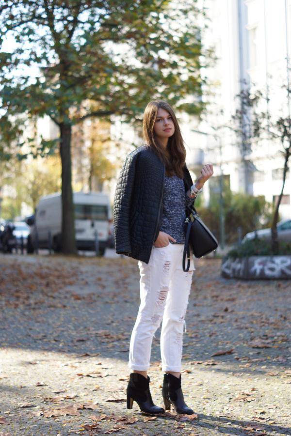 blaues und weißes outfit im Herbst