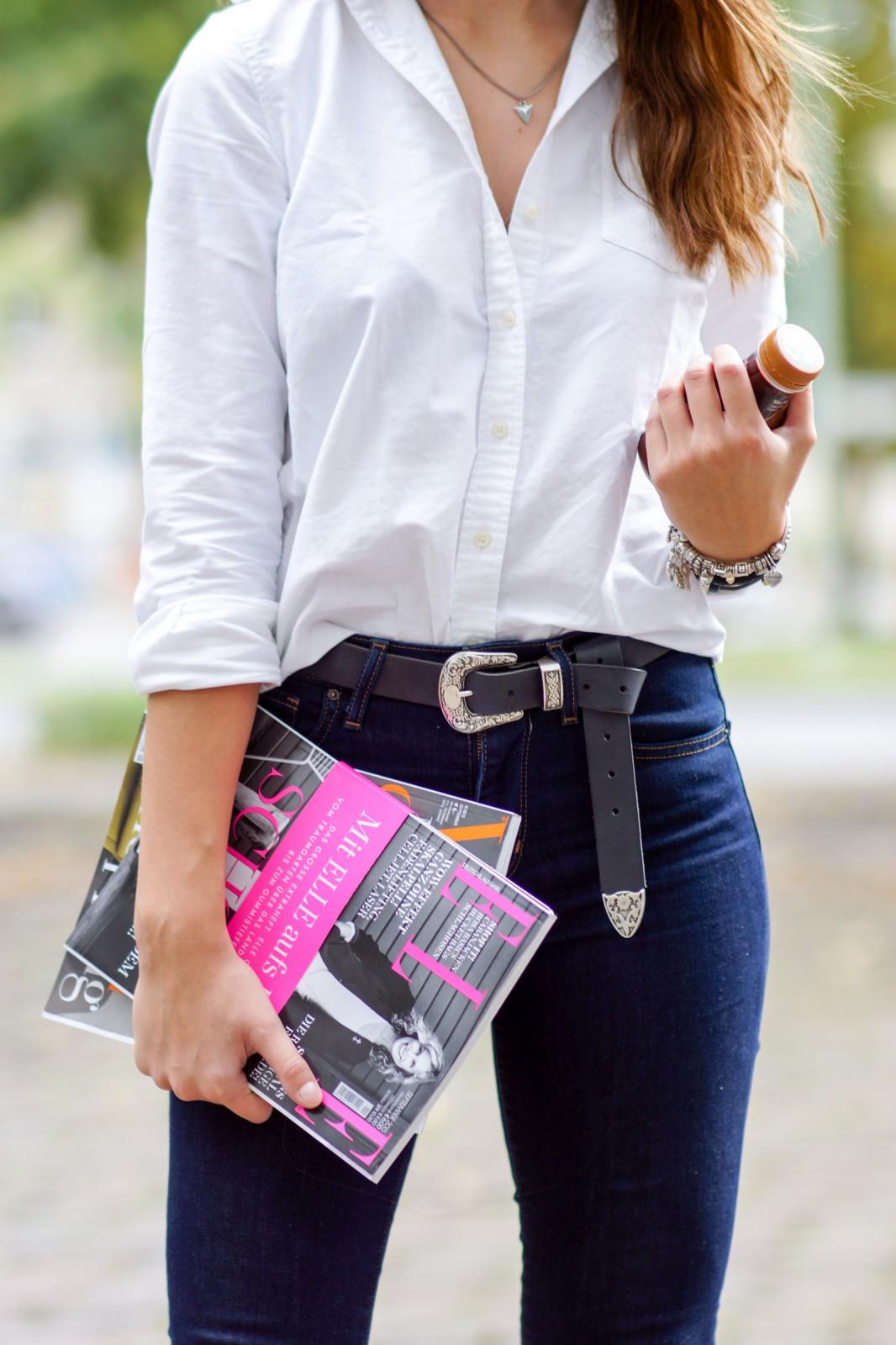 Elle Magazine und Kaffee als Accessoire