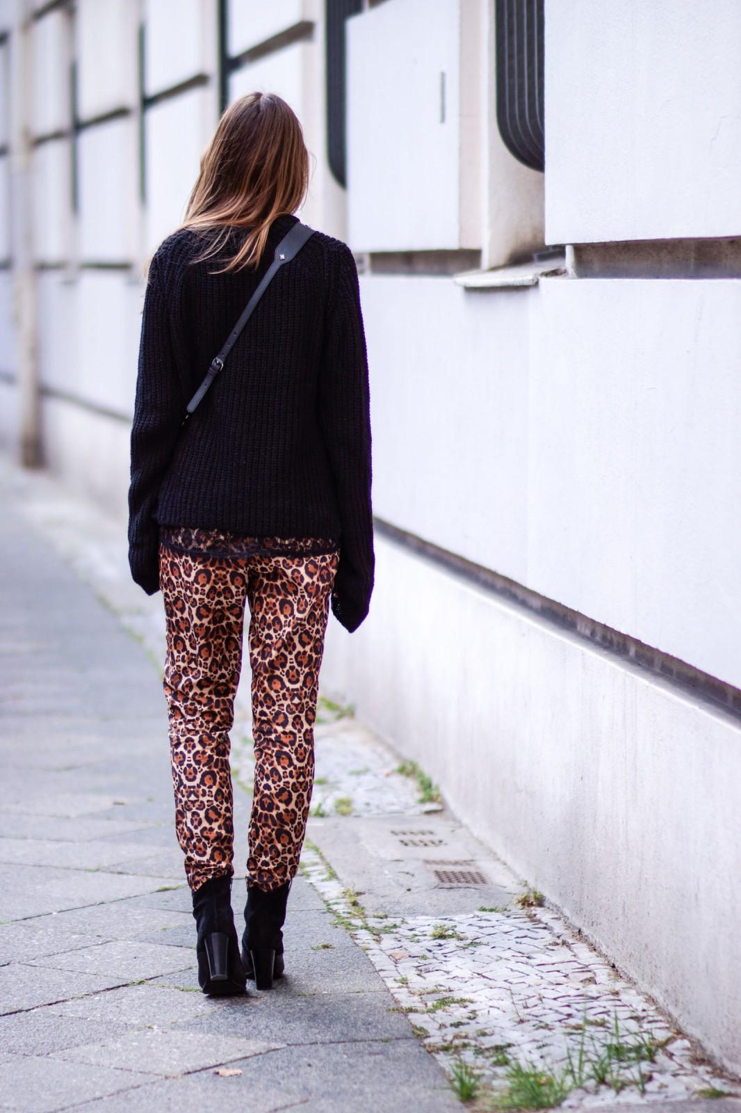 Übergroßer schwarzer Pullover mit langen Ärmeln