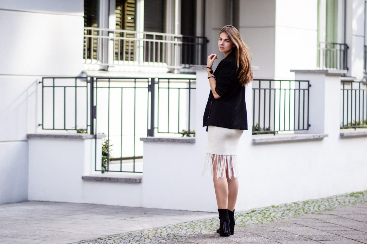 How to wear a skirt with fringes