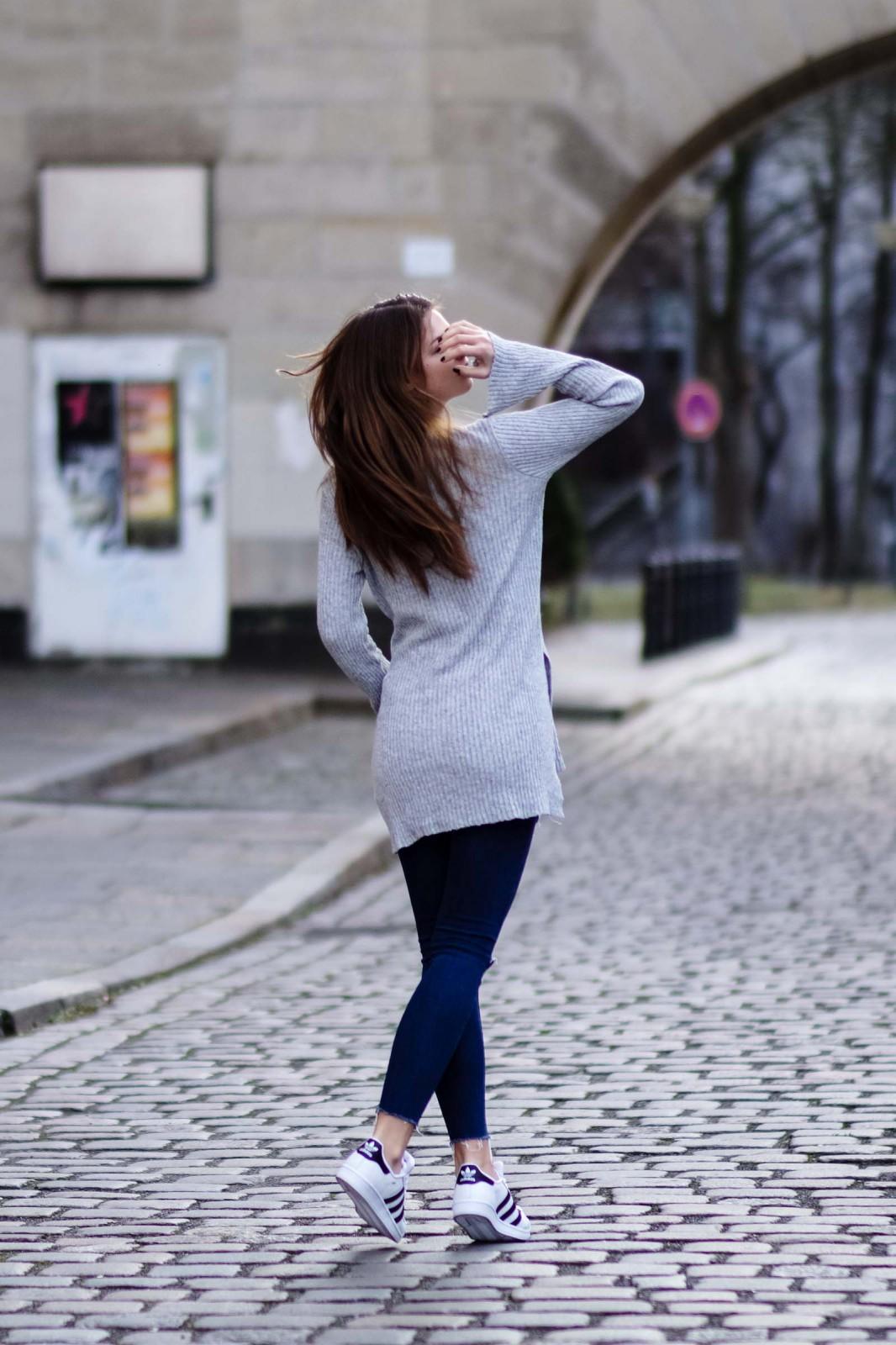 Grauer Pullover mit Schlitzen