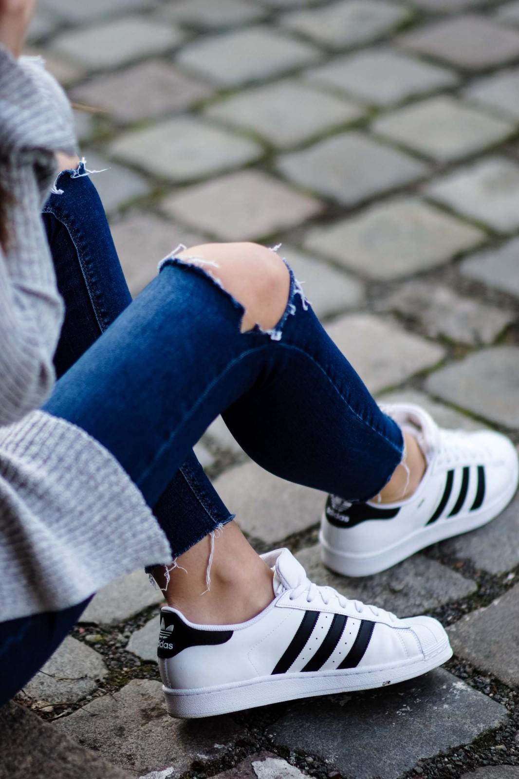 Sneaker mit schwarzen Streifen