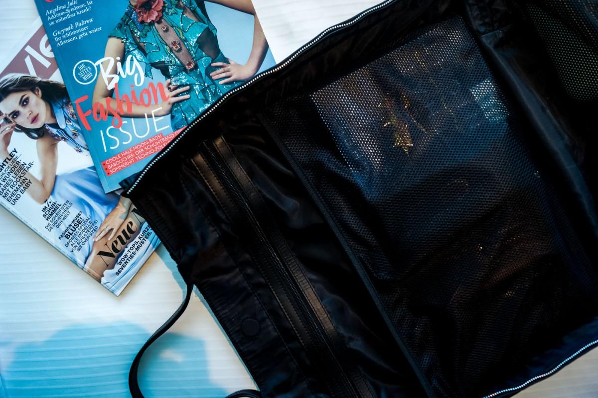 Reisetasche und Magazine