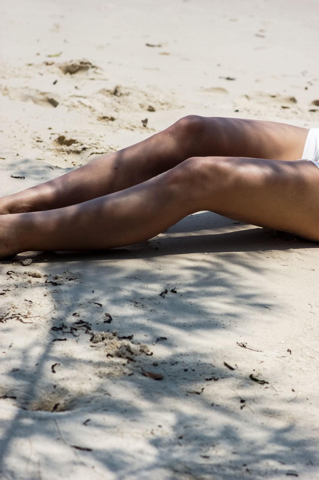 gebräunte Beine am Strand