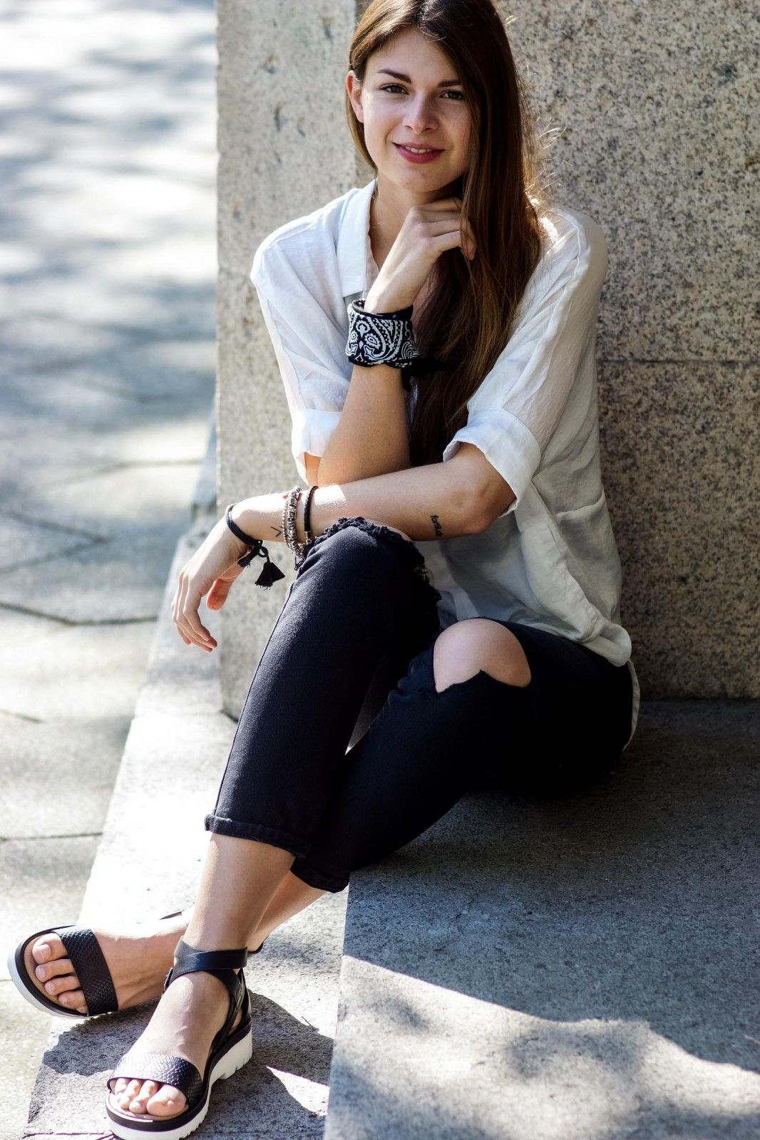 Wie trägt man zerrissene Jeans