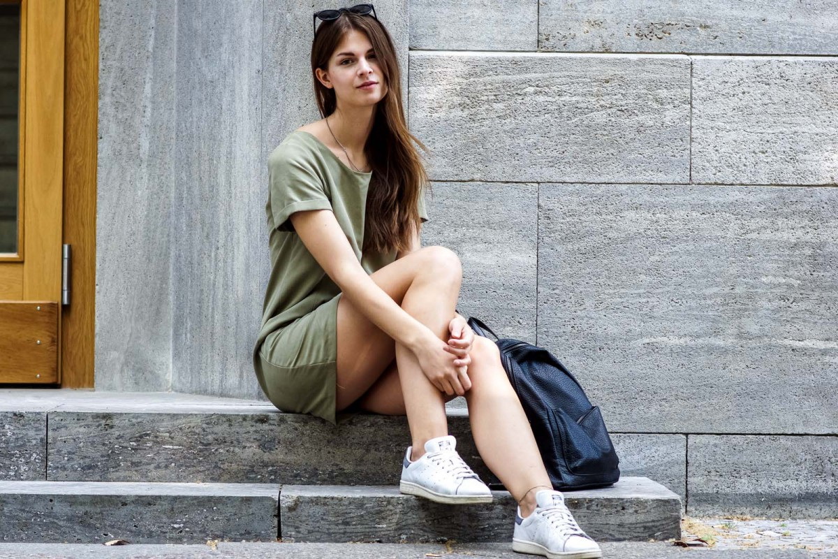 Kombination von Kleid und Sneakern