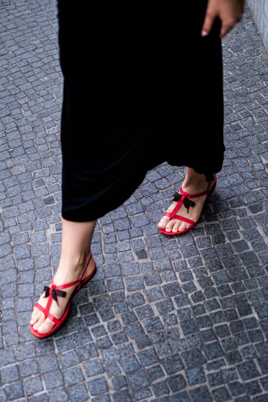 Wie trägt man rote Sandalen