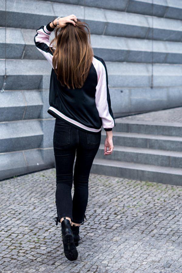 Jeans mit Schnürung am Bein