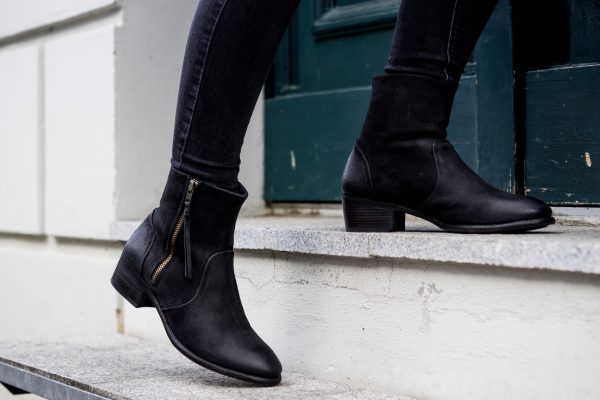 How to wear black boots