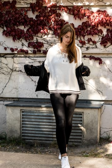 Lace it up! – white sweater with lacing front
