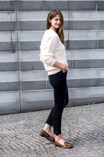 schwarze Jeans mit Schnürung an der Seite