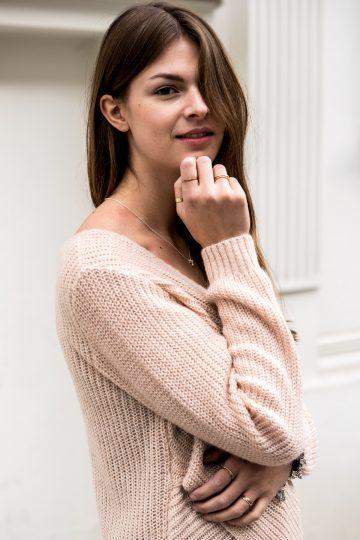 Wie trägt man rosa Pullover?