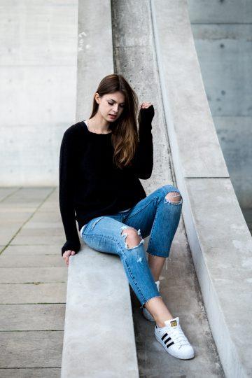 Wie trägt man eine blaue Jeans