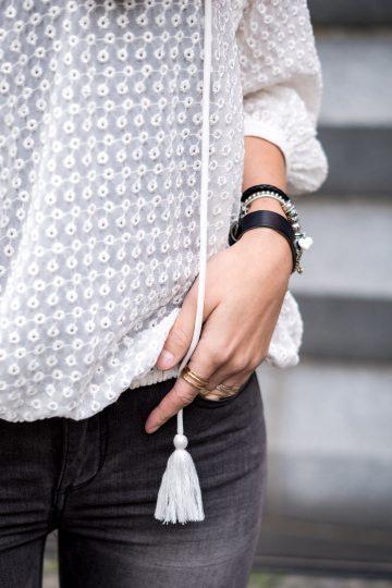 Weißes Shirt mit Bommeln