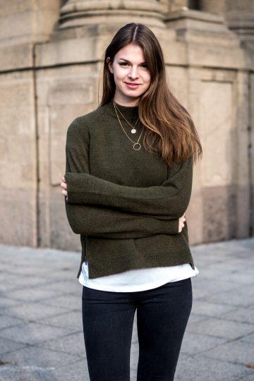 Wie trägt man einen grünen Pullover