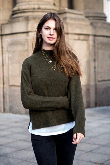 Grüner Pullover & goldener Schmuck