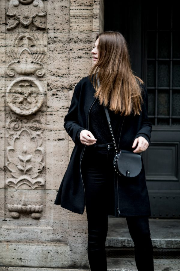 schwarze high-waisted Jeans