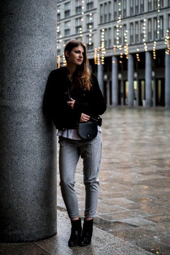 Wie trägt man eine graue Hose