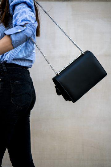 schwarze Tasche mit silberner Kette