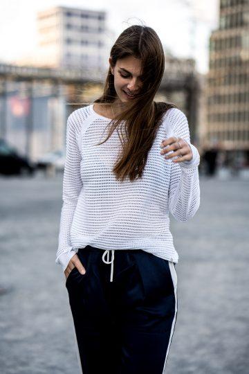 weißer Pullover mit Lochmuster