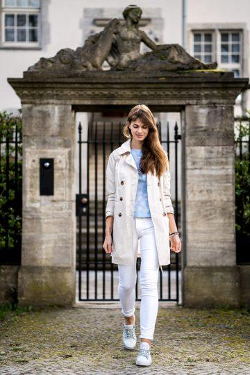 Trenchcoat, weiße Jeans und Top mit Blumenstickerei