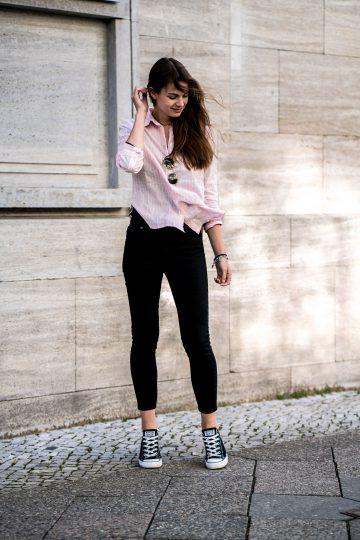 Pinkes Shirt und Schwarze Jeans