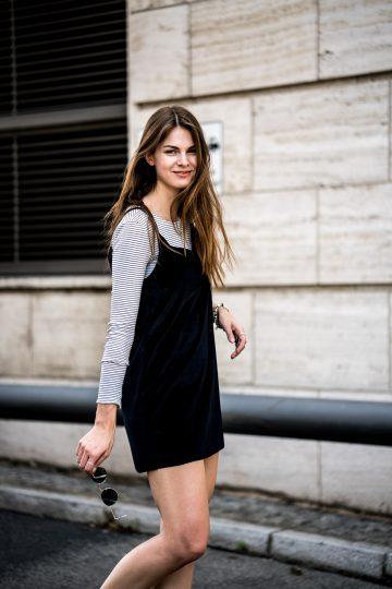 Gestreiftes Shirt und schwarzes Kleid