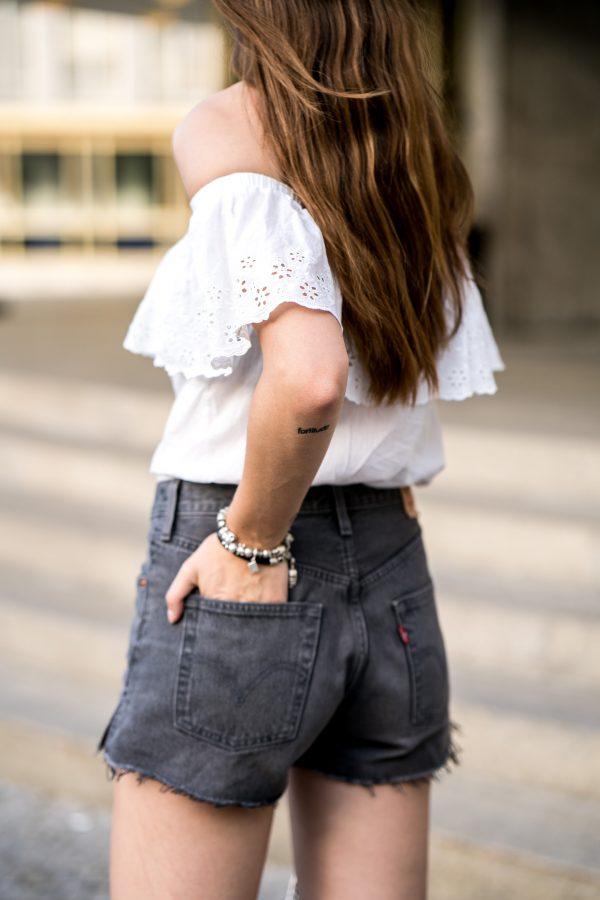 Wie trägt man ein weißes Shirt
