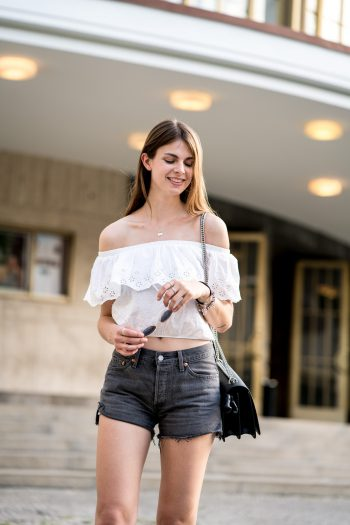 Whaelse_Fashionblog_Berlin_Levis_Shorts_Off_Shoulder-21