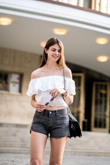Levi's Shorts und Off-Shoulder Shirt