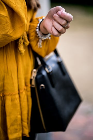 Wie kombiniert man eine schwarze Tasche
