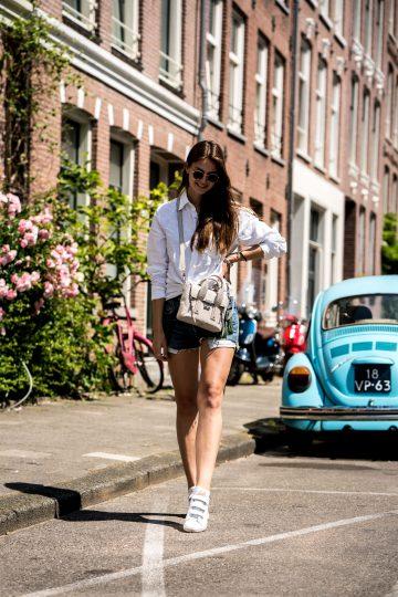 Weißes Shirt und Jeansshorts in Amsterdam