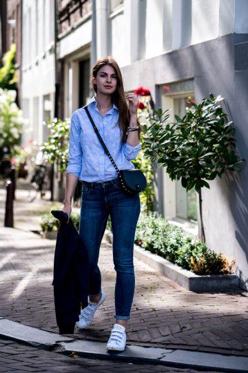 Wie trägt man eine blaue Bluse