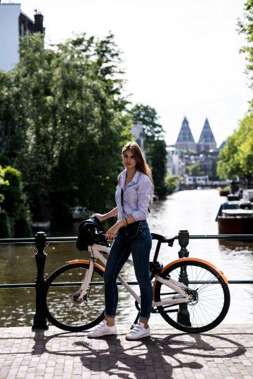 In GANT und mit Fahrrad durch Amsterdam