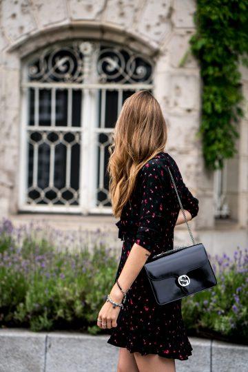 Wie trägt man ein schwarzes Kleid