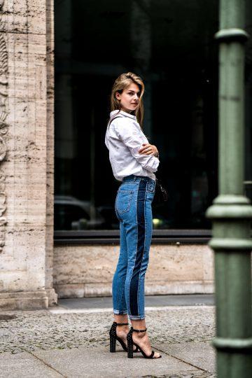 Zweifarbige Jeans und weißes Shirt