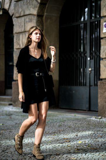 Schwarzes Kleid und braune Boots