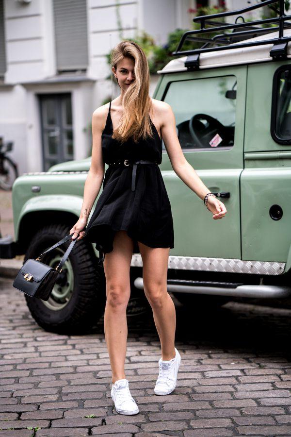 schwarzes Subdued Kleid