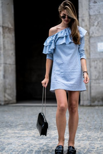 Blaues Kleid mit Rüschen