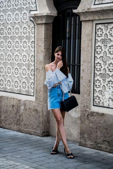 Wie trägt man Jeansrock und gestreiftes Off-Shoulder Shirt
