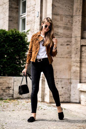 Wie trägt man eine braune Lederjacke