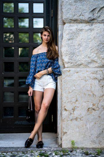 Blaues Off-Shoulder Shirt und weiße Shorts